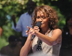 Whitney_Houston_performing_on_GMA-300x231